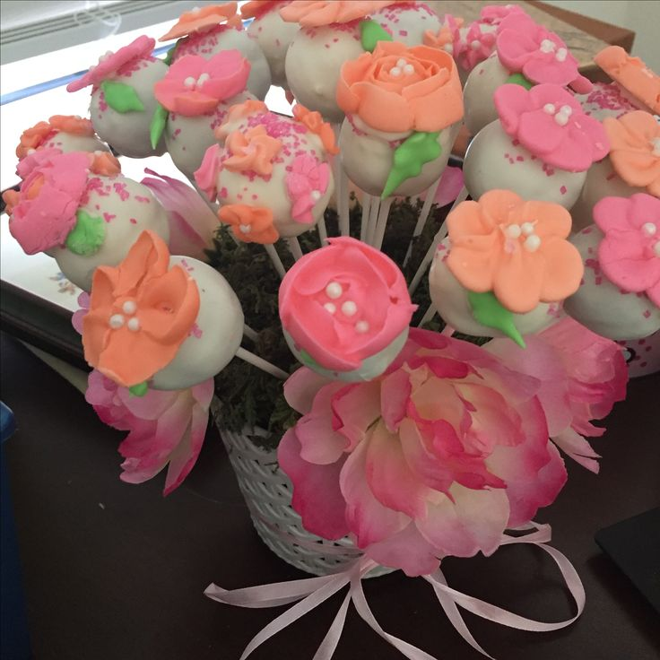Cake pops with pipped flowers