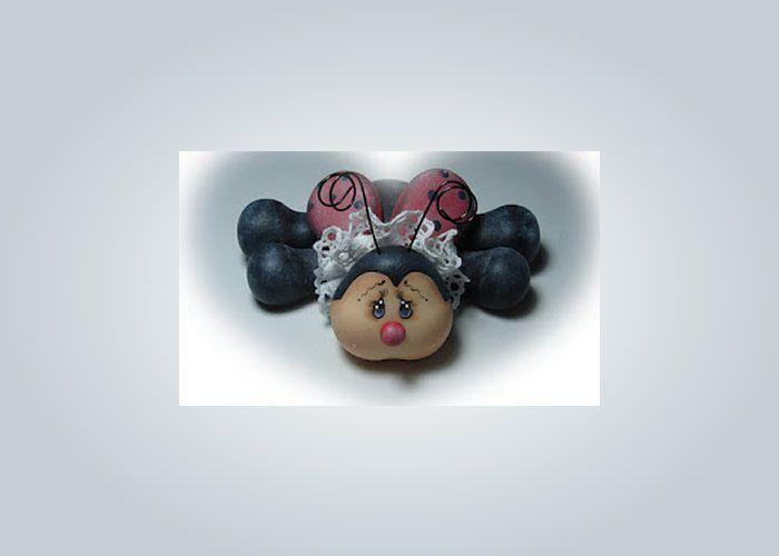 Criar uma joaninha de biscuit é bem legal para manter o ritmo do dia a dia com um artesanato fácil d
