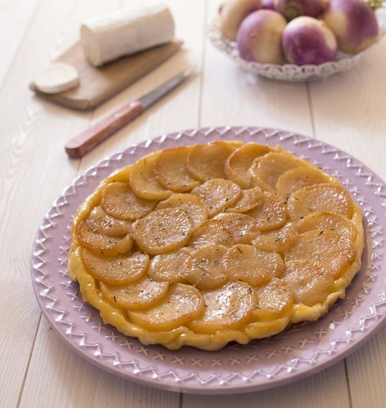 Découvrez une tarte tatin salée, facile à réaliser, originale et délicieuse. L'alliance, navets, miel, fromage de chèvre est une réussite qui change de la tatin d'endives