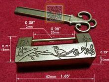 vecchio stile cinese eccellente uccello intagliato fiore foglia di blocco lucchetto chiave per jewelry box comò in lega di colore dorato 1.65 x 0.71 in .(China (Mainland))