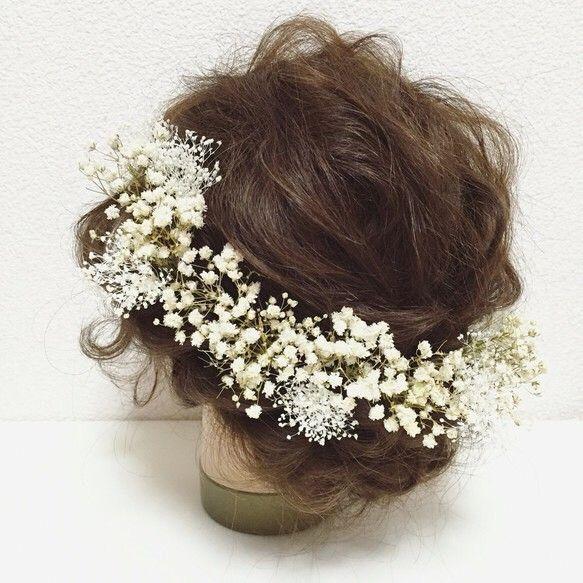 アンティークな大粒のかすみ草と繊細で可愛らしいミニかすみ草のヘッドドレスです♡全てプリザーブドフラワーです♪シンプルでいて、とても印象深い…かすみ草の持つ繊細さ、儚さ、可憐さ…品があるのにあどけなさも兼ね備えたそんなヘッドドレスです♡パーツタイプ、または1/2花冠タイプをお選び頂けます꒰◍'౪`◍꒱۶✧˖°こちらは、パーツタイプの商品ページです♪アンティークかすみ草×12パーツミニかすみ草×6パーツ【製品について】主にプリザーブドフラワー、アーティフィシャルフラワーを使用して作品を作っております。・大変繊細ですので、取り扱いには十分ご注意ください。強く摘んだり、引っ張ったりしますと、花びらが取れてしまったり、お花自体が外れてしまいますので、Uピン、針金等、土台の部分を摘んでお取り扱いください。・湿気の多い場所、また直射日光のあたる場所などは、劣化、退色、変色の原因となりますので、保管には十分ご注意ください。・素材によって、色や形に個体差があります。また本来のお色に近い状態での撮影を心がけておりますが、お使いのパ...