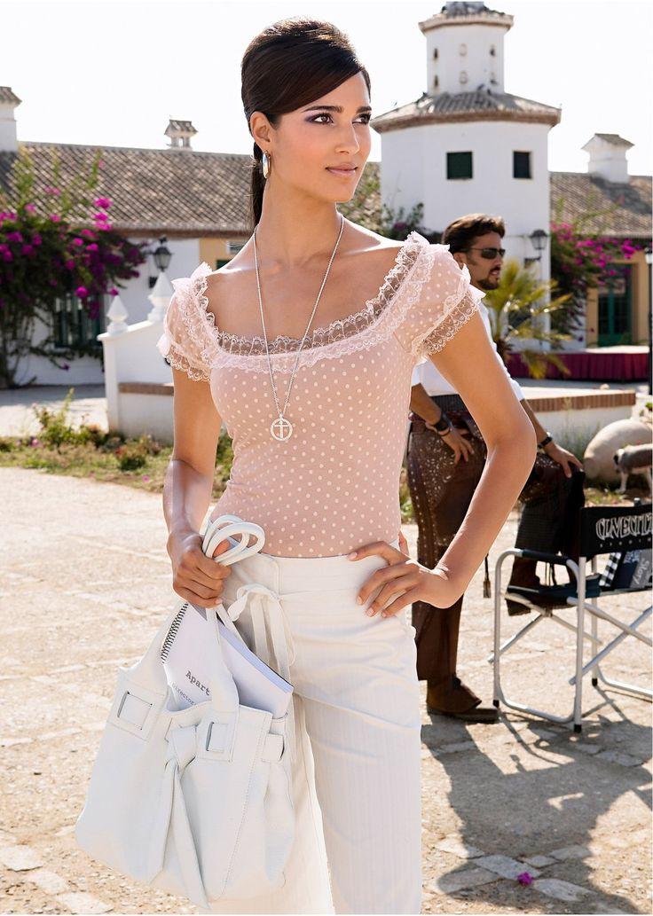 Veja agora:Graciosa e feminina! Blusa de malha com renda, com pontinhos delicados e decote cigana. Mangas com aplicação de renda branca, modelagem marcada. Comprimento de aprox.58cm no tam.M.