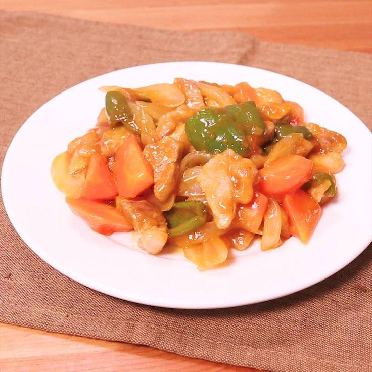 「揚げない!簡単酢豚」の作り方を簡単で分かりやすい料理動画で紹介しています。みんな大好き中華の定番メニュー、酢豚! 一見手間がかかりそうですが、フライパンひとつで簡単に出来ちゃうんです! しかも油で揚げていないので、面倒な油の処理も一切なし!初心者でも挑戦しやすいレシピです!是非お試しください!