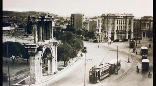 Τραμ μπροστά στην Πύλη του Αδριανού, 1947. Athens GR, #solebike, #Athens, #e-bike tours