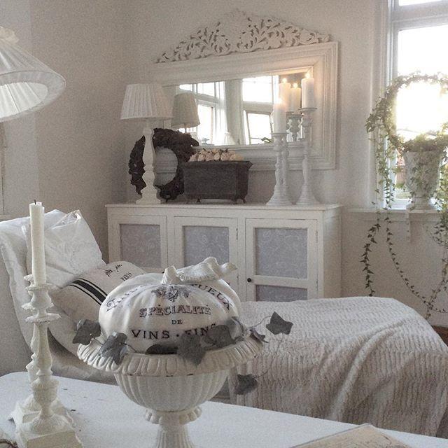 Buongiorno…    Oggi siamo in Svezia a casa di Synnove, che appassionata di brocante e dello stile shabby, ha decorato e progettat...