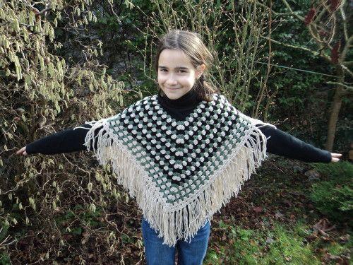Voici un modèle de poncho au crochet super facile à réaliser, qui s'adapte à toutes les tailles et à tous les goûts! Pour le réaliser, je vous propose cette superbe laine de ma boutique : KUKA MAGIC WOOL DELUXE Explications : mc : maille coulée ml : maille...