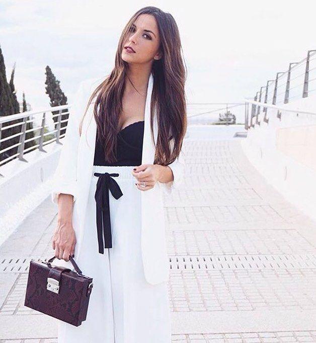 """7 días para #Summerinblue !!! @malugil_  también es parte de nuestro evento Se define como una chica normal con una vida como la de cualquier otra mujer de su edad apasionada de la moda y de todo """"lo bonito"""" de la vida.  Comenzó en el mundo de los blogs en el 2011 y lo que inicialmente iba a ser una vía de escape de su carrera y posterior oposición se ha convertido en una parte importante de su vida siendo junto a Instagram las principales vías en las que mostrar su manera de entender y…"""