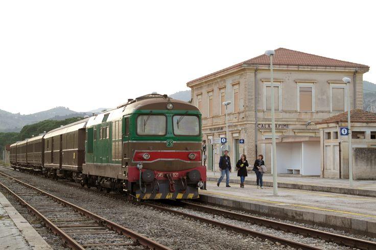 Un'immagine della locomotiva che, domenica 23 novembre, ha trainato tre carrozze Centoporte con viaggiatori a bordo, in occasione della riattivazione della tratta Alcamo Diramazione – Calatafimi – Segesta Tempio – Bruca.