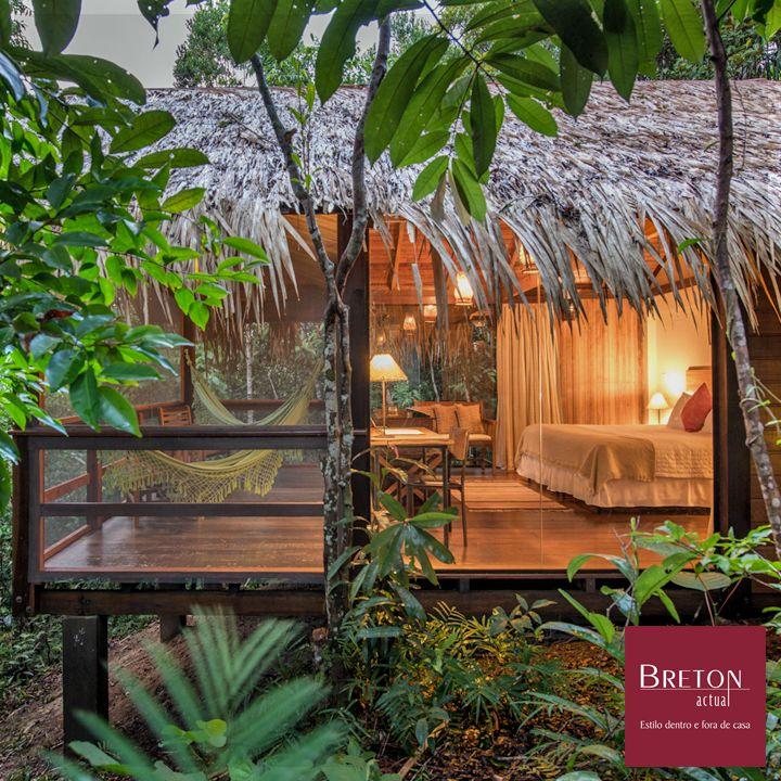 #Desejodasemana O Anavilhanas Jungle Lodge fica a 180km de Manaus e é um paraíso para os amantes de arquitetura e décor. Os objetos decorativos moldados pelos artesãos locais casam perfeitamente com os chalés de estrutura de madeira e palha sobre palafitas. Incrível!  #BretonActual #Breton #AnavilhanasJungleLodge #Décor