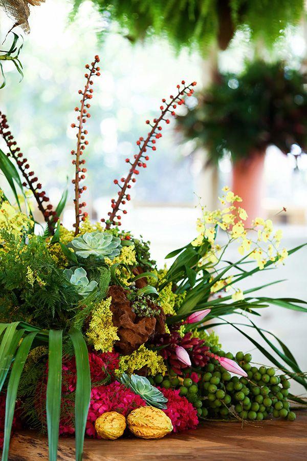 Casamento na praia - decoração tropical rustico chic - arranjos de flores tropicais com suculentas ( Foto: Mel e Cleber | Decoração: Congrega Bahia )