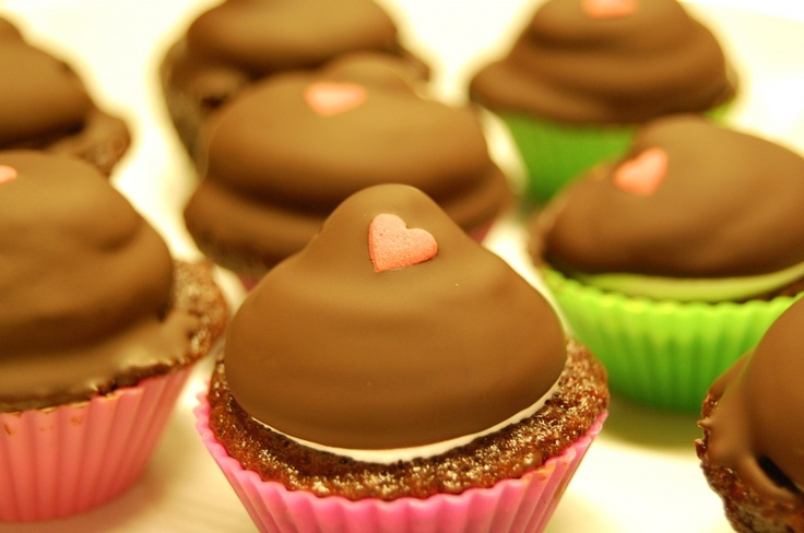 The greatest idea ever: Chocolate cupcakes with merengue frosting. (Chokolade cupcakes med flødebollefrosting.) <3