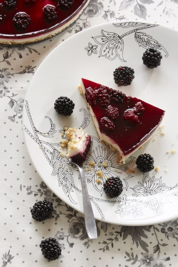 Cheesecake med brombær http://www.familiejournal.dk/madopskrifter/dessert-og-kage/cheesecake-med-brombaer