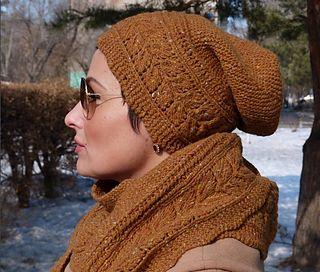 Эта шапка связана одним полотном, ажурным узором и составляет комплект с бактусом Мария. Использована твидовая пряжа 80% шерсть, 20 % ПА, но вы можете использовать и другую с параметрами от 350 до 400 метров за грамм. Описание дано на размер 54-56 см.