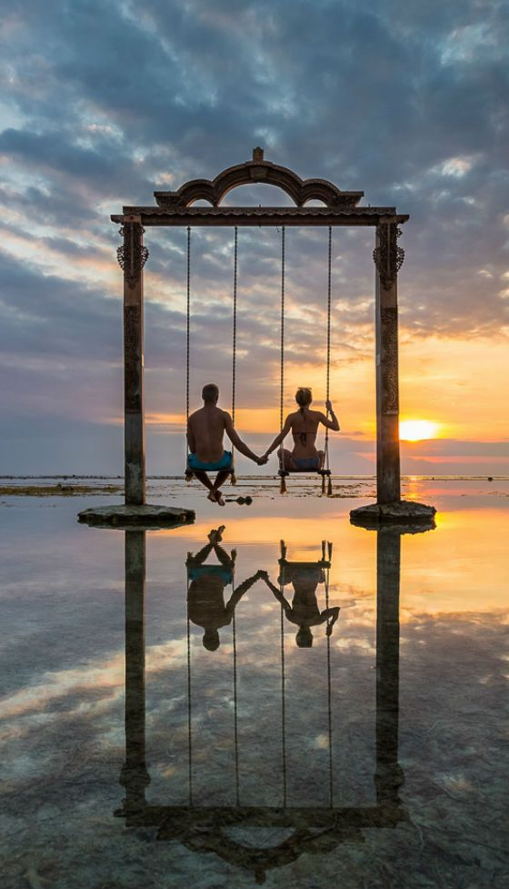 www.viajesparola.com ✈ | #Ideas #Viajes #Parola #Adondequieras #Destinos #Increíbles #Viajes #Viajero #Sunset #Travel #Aventura #Experiencia #Conocer #diversión #QuieroIr #MiPróximoDestino The Datu swing on Gili Trawangan, Indonesia. Beautiful place to watch the sunset, but an even better place for a holiday photo.