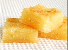 Receita de Bolo de aipim - 1 kg de aipim cru, relado bem fininho e espremido em um pano de prato, 250g de margarina de boa qualidade, 500ml de leite de coco, 4 ovos, 3 xícaras de açúcar, 1/2 coco fresco ralado, 1 colher de sopa (bem cheia) de fermento quimico