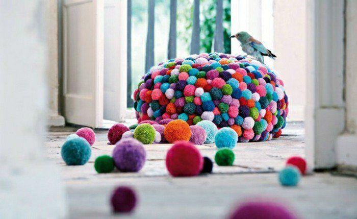 fabriquer un pompon, oiseau, boules en vert, orange, rose, rouge, violet