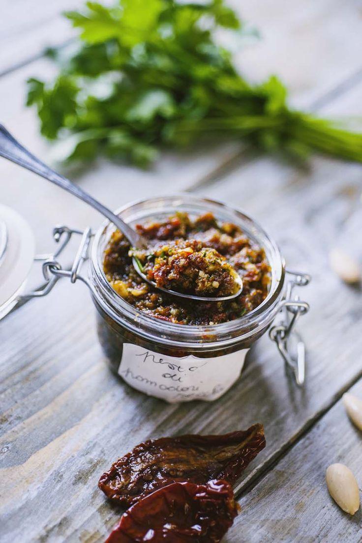 Il pesto di pomodori secchi, mandorle e capperi è un condimento velocissimo da preparare: il suo sapore intenso trasforma ogni piatto in un capolavoro!