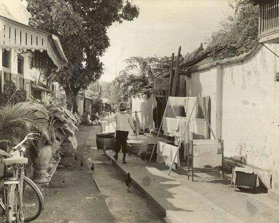 Salah satu jalan kecil di, Surabaya, Jawa, Indonesia (1933) Straatbeeld, Surabaya, Java, Indonesië (1933) MS Mahmud saved to I love Indonesia-Pinterest