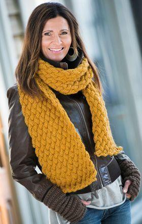 Gratis strikkeopskrifter til kvinder! Strik det smukke halstørklæde og de fine pulsvarmere i to farver, der matcher dit overtøj – og du er godt rustet mod vinterkulden. Find flere gratis strikkeopskrifter her på siden.