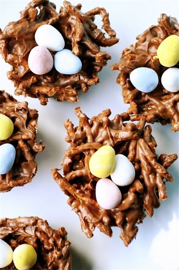 12 mouthwatering recipes for Easter brunch // Bird's nests #easter #brunch #dessert #recipe: Chocolates Chips, Birds Nests, Muffins Cups, Chow Mein, Bird Nests, Easter Eggs, Peanut Butter, Easter Treats, Easter Ideas