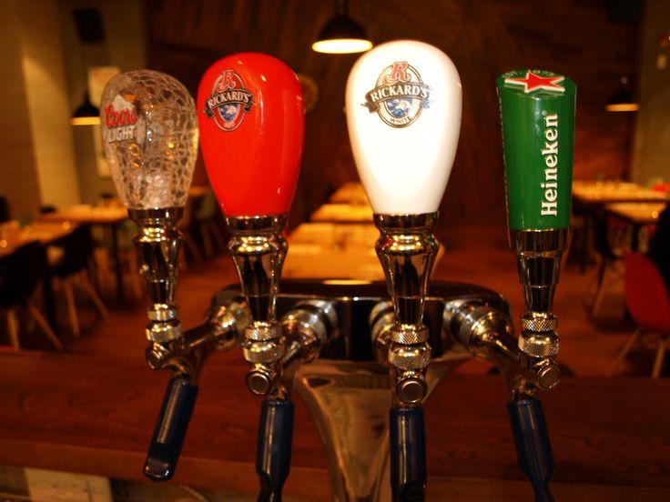 Bulles, cocktail, spiritieux et bière également offerts Le Bar à vin - Bistro Le Club au Quartier Dix30 #bar #vin #wine bar #tapas #cellier #Dix30 #bière