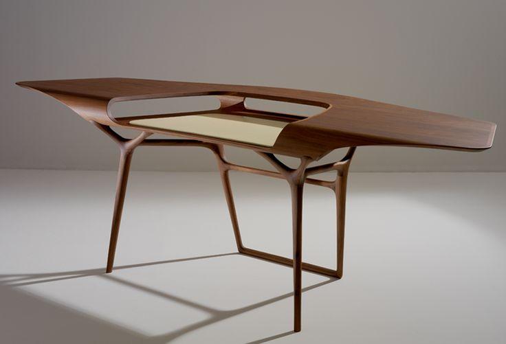 Bureau Manta par Noë Duchaufour-Lawrance (Ceccotto - 2006). Une collection de meubles redéfinissant l'espace architectural qu'elle occuppe en créant un lien sensoriel avec son utilisateur. Amener la forme à la limite de l'abstraction et créer une nouvelle gestuelle autour de l'acte nécessaire à la fonction.