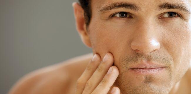 Aftershave is een van de favoriete huidverzorgingsproducten van de man. Welke stoffen moet zo'n product bevatten? Hoe voorkom je irritatie na het scheren?
