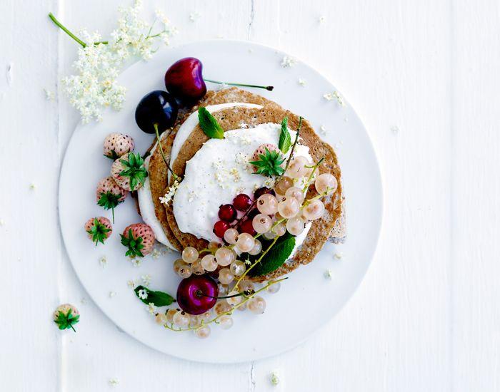 Friske pandekager, som giver dig en følelse af sommer med smag fra hyldeblomst og mascarpone-creme.