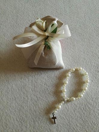 Set composto da 5 mini rosari con 5 sacchetti contenitori.  I mini rosari sono fatti a mano utilizzando perline acriliche, filo di nylon e ciondolo croce. I sacchetti in ecru pa - 20333625