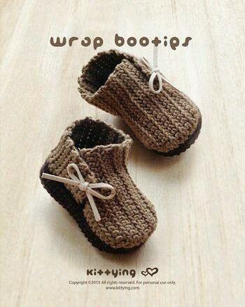 Zapatitos para bebé en ganchillo. El patrón esta en la tienda de Etsy de #meinuxing by patrones.crochet