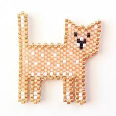 Broche tissée en perles miyuki , chat doux et lumineux pêche et doré et si ça vous inspire retrouvez tout le matériel nécessaire sur https://la-petite-epicerie.fr/fr/720-perles-miyuki-brickstitch-peyote-acheter-pas-cher
