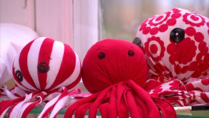 Ett litet tygpyssel man kan göra med barnen eller som barnen kan göra själva utan att behöva sy ett stygn. Bläckfiskarna kan göras i olika storlekar och bli en rolig present till en kompis eller familjemedlem. Återanvänd gärna gamla kläder med hål eller fläckar som material.