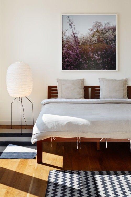 Eine weiß getünchte Wand betont die Farben der Overhead Kunst Malerei während Teppiche mit blauen und weißen Muster Zubehör für Holzböden. Foto: Magdalena Keck Interior Design
