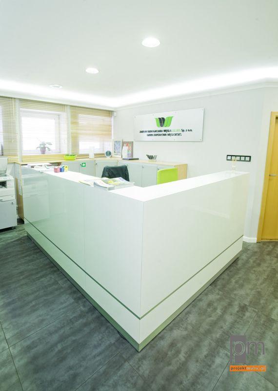 Lada wykonana z białego laminatu bezrdzeniowego, drobny zielony pasek nawiązuje do loga firmy, lada z podświetleniem ledowym http://www.projektmebel.pl/dostawa-dla-kwk-julian