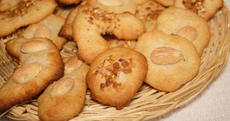 Verás qué textura tan rica y qué originales estas galletas donde se combinan de forma magistral el queso crema y las almendras.
