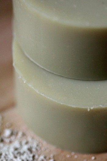 Recette-simple /soapsession.com  J'ai presque fait la même recette il y a peu. Avec jojoba à la place du sésame, et sans argile.