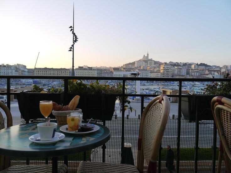 #breakfast @ www.hotelbellevuemarseille.com  Situé au premier étage de l'hôtel, le bar-restaurant La Caravelle est une véritable institution à #Marseille. Tout le monde s'y presse pour y déjeuner ou prendre un apéritif sur le balcon-terrasse qui domine le #Vieux-Port.