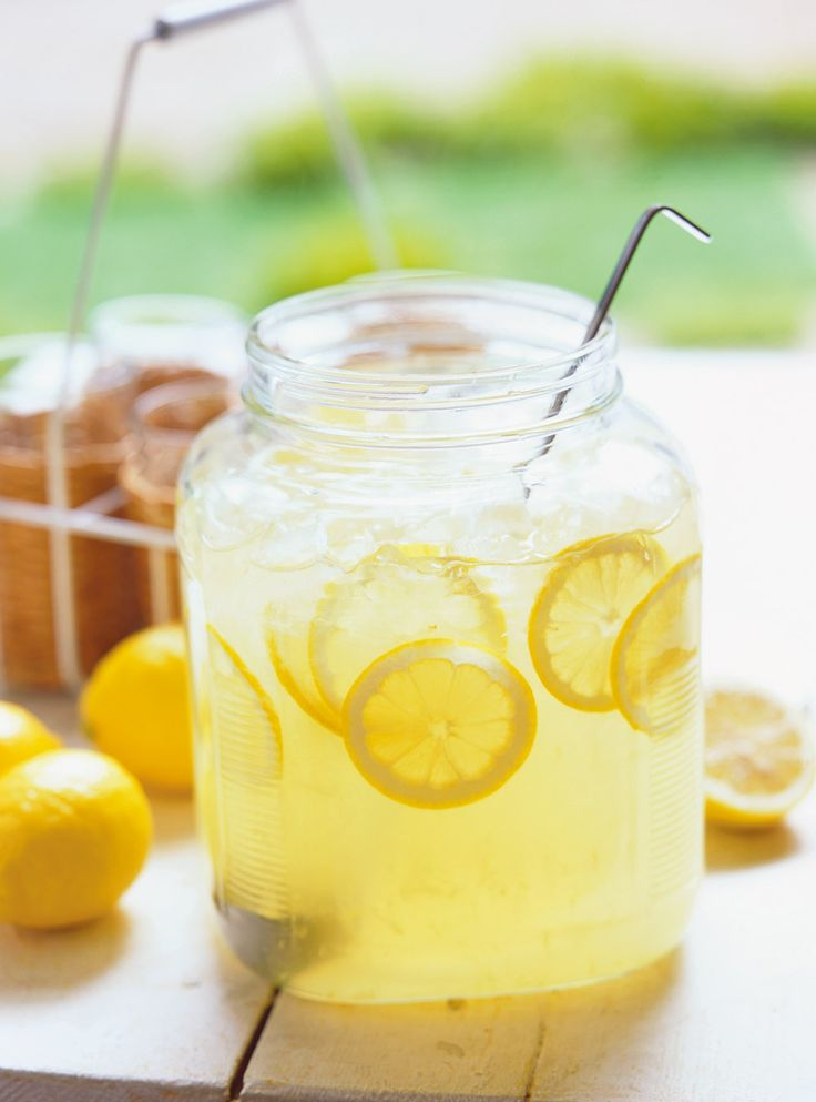 Recette de Ricardo de limonade.  Cette limonade maison permet d'avoir un breuvage dont le taux de sucre est ajusté à votre goût et non celui des producteurs.