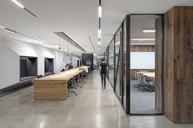 Uber Office Design Composição de Madeira, Branco e Preto com formas bem horizontais. A iluminação é bem legal.