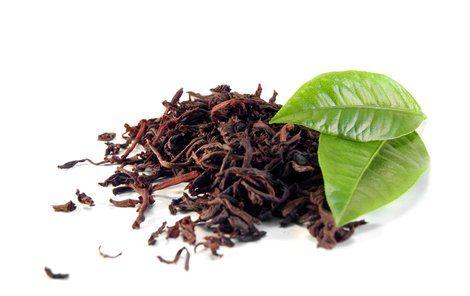 Na malé mušky, které se rojí kolem květináčů, zabírá i silný černý čaj nebo vyluhované čajové lístky. Studeným zbytkem čaje zalijte květinu nebo naklaďte čajové lístky na hlínu.