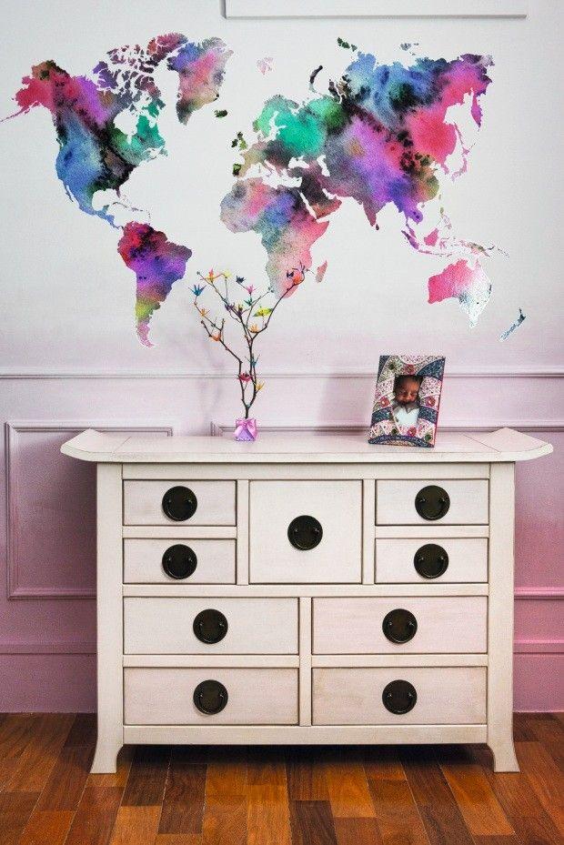 Parede. A pintura revela um degradê suave de rosa que segue até o branco. O adesivo de mapa foi personalizado para o quarto. Cômoda da Etna (Foto: Manu Oristanio / Divulgação)