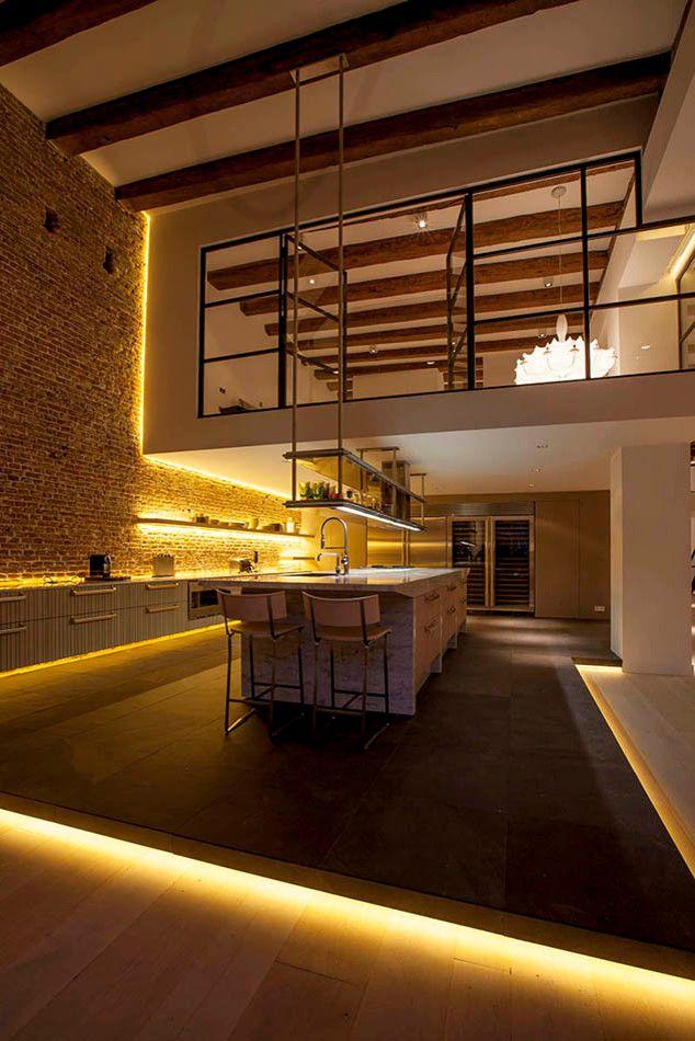 Светодиодная подсветка для кухонных шкафов: как выбрать, особенности монтажа и 65 универсальных идей http://happymodern.ru/podsvetka-dlya-kuhni-pod-shkafy-svetodiodnaya/ Контурная декоративная подсветка подиума, мебели и полок в кухне-лофт