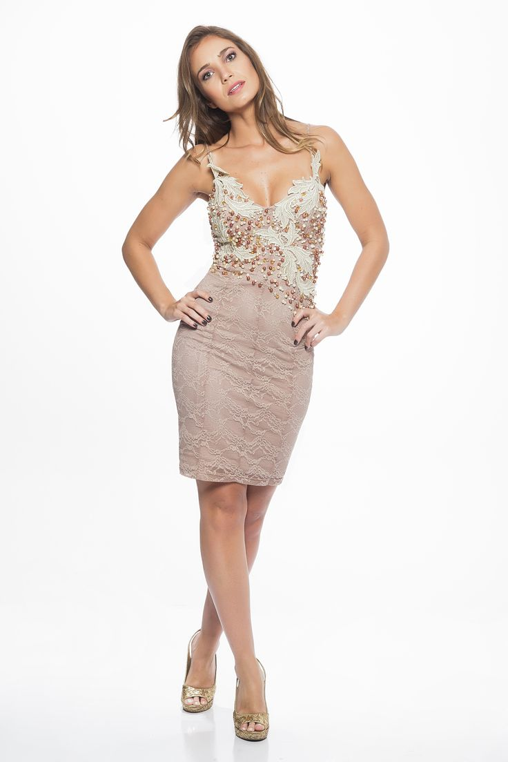 O que usar no Réveillon... Modelo de vestido para festa, curto, tom suave e renda recortada e rebordada no corpo. Da Cariátides.