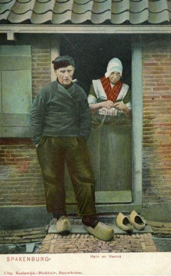 Afbeelding van een echtpaar in klederdracht bij de ingang van een huis te Spakenburg (gemeente Bunschoten). 1905-1910 uitgever Koelewijn-Blokhuis #Utrecht #Spakenburg