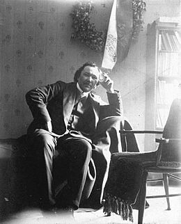 Eino Leino (Armas Einar Leopold Lönnbohm, 6. heinäkuuta 1878 Paltamo – 10. tammikuuta 1926 Tuusula) oli suomalainen kirjailija, lehtimies ja kriitikko. Leinon laaja ja monipuolinen kirjallinen tuotanto sisälsi runoutta, romaaneja, näytelmiä, esseitä ja lehtipakinoita sekä suomennoksia ulkomaisesta kirjallisuudesta. Leino luetaan Suomen merkittävimpiin kirjailijoihin. Sekä hänen lyriikkansa että mahtavat aaterunonsa ovat vuosikymmenestä toiseen pysyneet laajojen lukijapiirien suosiossa.