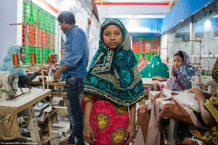 Secondo l' #Unicef ci sono circa un milione di #bambini tra i 10 e i 14 anni che lavorano in #Bangladesh. (© Casillas/Rex Shutterstock) Tutte le foto su Lettera43 http://l43.it/1HCJcIJ #lavoro #fotografia