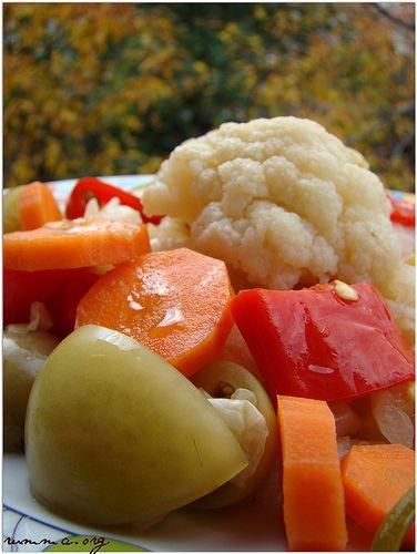 Sevgili arkadaşım cahidenin tarifiyle…Başlamadan önce bu konuyu okumalısınız… KARIŞIK KIŞ TURŞUSU Malzemeler: Orta boy bir beyaz lahana 5-6 adet havuç Yarım karnabahar 4 adet kırmızı biber 8 adet yeşil domates 5 litrelik bir kap için: Bir su bardağı üzüm sirkesi Bir avuç nohut(ekşitmesi için) 4-5yemek kaşığı kaya tuzu 1 yemek kaşığı şeker(ekşitmesi için) Bir küçük …