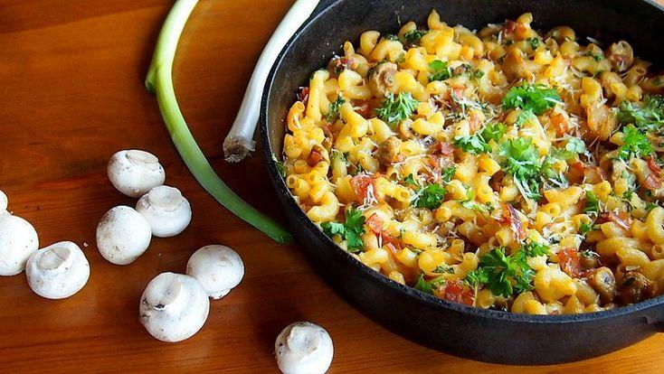 Těstoviny uvaříme na skus. Na pánvičce rozpustíme kousek másla a zesklovatíme na něm šalotku a červenou cibuli. Pak přidáme prolisovaný česnek,...