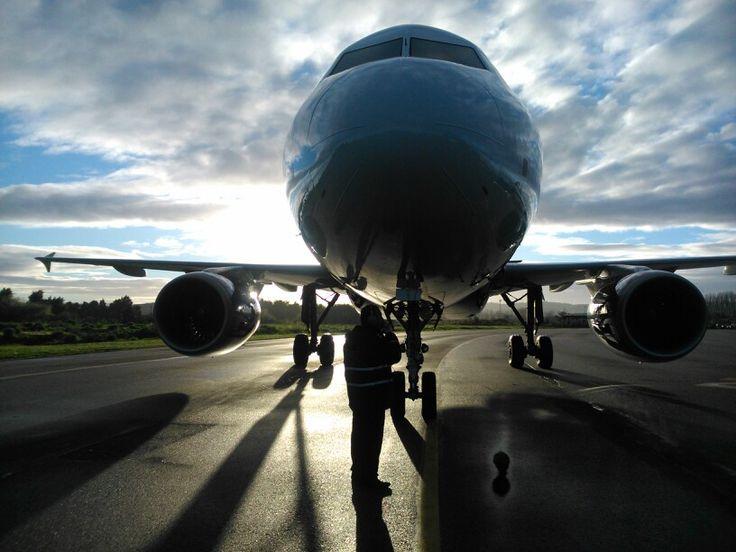 Airbus A320 encendiendo motores para su salida.