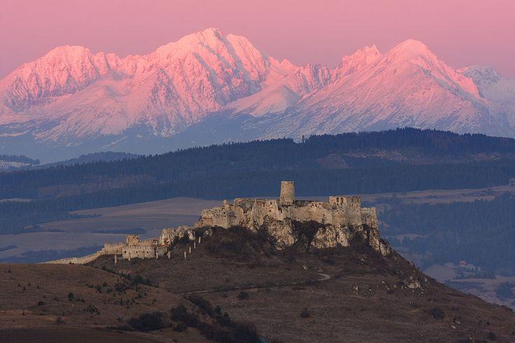 Spišský hradný vrch je unikátnym územím. Hradná ruina spolu s rovnako jedinečným okolím územia Spiš je od roku 1993 súčasťou Svetového kultúrneho a prírodného dedičstva UNESCO. Je obľúbenou atrakciou nielen pre turistov, ale aj pre filmárov, ktorí často využívajú jeho kulisy, ako napríklad pre film Posledná légia.